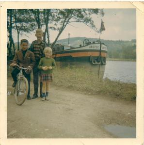 Mon bateau, moi, mon grand frère Alain et ma petite soeur Anne-Marie.