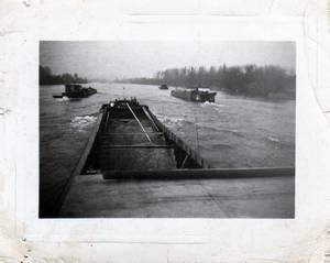 le Majori en premier plan et deux de mes freres sur le devant du bateau avalant dans le bief  de melun